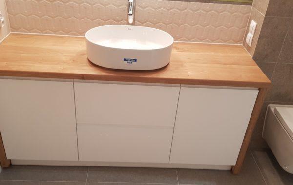 Lakierowane meble łazienkowe, z drewnianymi blatami