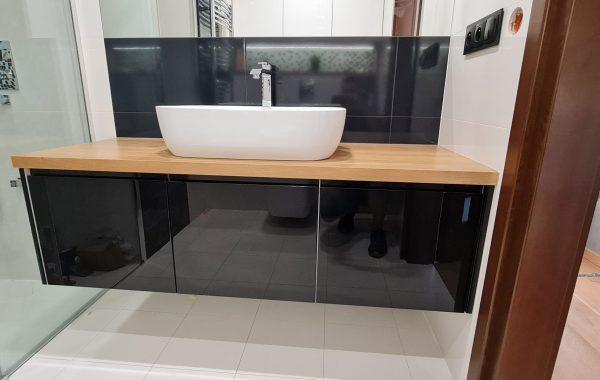 Zabudowa łazienki – blat lity dąb, front czarny i biały lakier połysk